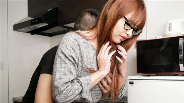 【菊田夏生】洋溢着以可爱的时尚和绝对不摘眼镜的熟女被亲吻被玩弄大腿间欲求不满的女芒子今天好像被插入了很多的荷尔蒙